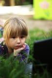 Mała dziewczynka z laptopem Obrazy Stock