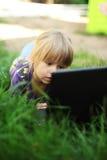 Mała dziewczynka z laptopem Fotografia Royalty Free