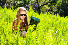 Mała dziewczynka z laptopem Zdjęcia Stock