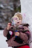 Mała dziewczynka z mydlanymi bubles w zimie Obrazy Royalty Free