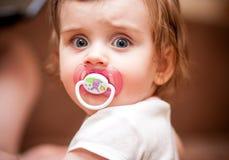 Mała dziewczynka z pacyfikatorem Portret Zdjęcia Royalty Free
