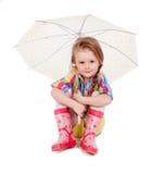 Mała dziewczynka z parasolem w gumie i obraz stock