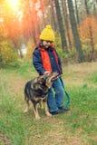 Mała dziewczynka z psem w lesie Obraz Stock