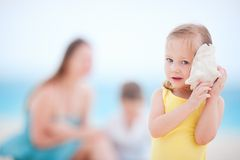 Mała dziewczynka z seashell Fotografia Royalty Free