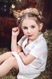 Mała dziewczynka z warkoczami na sianie Zdjęcie Stock