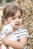 Mała dziewczynka z zabawkarskim barankiem Zdjęcia Royalty Free