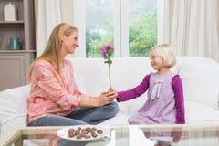 Mała dziewczynka zaskakuje jej matki z kwiatami Obraz Stock