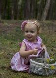 Mała dziewczynka zbiera kwiaty w lesie Zdjęcie Stock