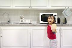 mała dziewczyny kuchnia Obrazy Royalty Free