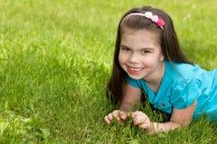 mała dziewczyny trawa Zdjęcia Royalty Free