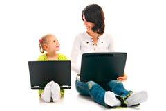 MA e bambino con il computer portatile Fotografia Stock