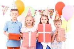 Małe dzieci pozuje z prezentami urodzinowymi zdjęcie royalty free