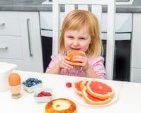 Małe dziecko pije sok Obrazy Stock