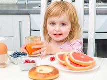 Małe dziecko pije sok Zdjęcie Royalty Free
