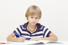 Małe dziecko robi pracie domowej w domu Fotografia Stock