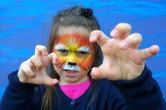 Małe dziecko z lew twarzy obrazem Fotografia Royalty Free