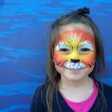 Małe dziecko z lew twarzy obrazem Zdjęcia Stock