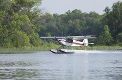 Małe floatplane ziemie na Minnestoa jeziorze Zdjęcia Stock