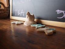Małe kurczaka i motyla gliny lale Fotografia Stock