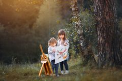 Małe siostry maluje outdoors Obraz Royalty Free