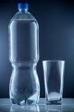 Małego bidonu jasna pije zimna woda mineralna Zdjęcia Stock