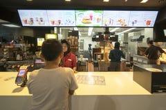 Małego dziecka kupienia jedzenie przy McDonald ` s Fotografia Royalty Free