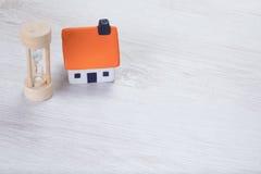 Małego modela dom z drewnianym jajecznym zegarem Zdjęcie Royalty Free