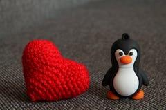 Małego Tux Zabawkarski i Trykotowy serce Obraz Stock