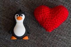 Małego Tux Zabawkarski i Trykotowy serce Zdjęcie Royalty Free