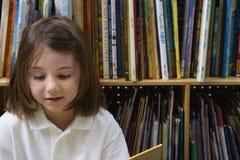 Małej Dziewczynki czytanie Obraz Royalty Free