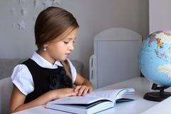 Małej dziewczynki czytanie w domu Zdjęcie Stock