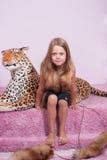 Małej dziewczynki i zabawki lampart Zdjęcia Royalty Free