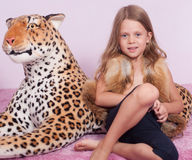 Małej dziewczynki i zabawki lampart Obrazy Royalty Free