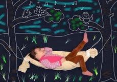 Małej dziewczynki lying on the beach w hamaku Zdjęcia Stock