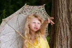 Małej dziewczynki mienia sunshade Obraz Royalty Free