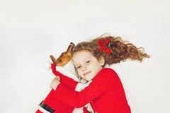Małej dziewczynki obejmowania szczeniaka pies Obraz Royalty Free