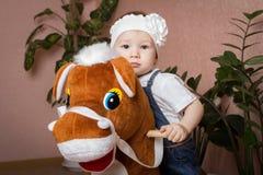 Małej dziewczynki obsiadanie na koniu Zdjęcia Stock