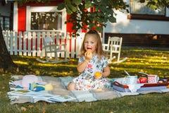 Małej dziewczynki obsiadanie na zielonej trawie Zdjęcia Royalty Free