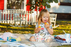 Małej dziewczynki obsiadanie na zielonej trawie Obraz Royalty Free
