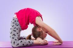 Małej dziewczynki obsiadanie w joga pozie Obrazy Royalty Free