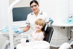 Małej dziewczynki obsiadanie w stomatologicznej klinice Fotografia Royalty Free