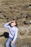 Małej dziewczynki podcieniowania oczy Zdjęcie Royalty Free