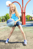 Małej dziewczynki sztuki koszykówka na z boiskiem Obrazy Stock