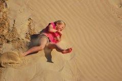 Małej dziewczynki toczna puszka piaska diuna Zdjęcie Stock
