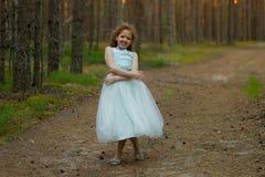 Mała emocjonalna dziewczyna chodzi w lato lesie w sukni Fotografia Royalty Free