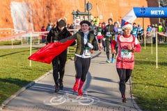 12ma Eve Race del Año Nuevo en Kraków El funcionamiento de la gente vestido en trajes divertidos Imágenes de archivo libres de regalías