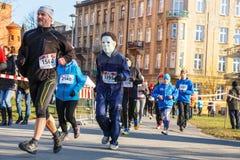 12ma Eve Race del Año Nuevo en Kraków El funcionamiento de la gente vestido en trajes divertidos Imagenes de archivo