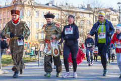 12ma Eve Race del Año Nuevo en Kraków El funcionamiento de la gente vestido en trajes divertidos Foto de archivo