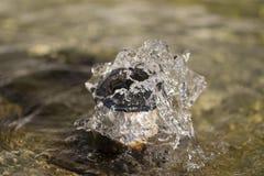 Mała fontanna w miasto parku Zdjęcia Royalty Free