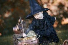 Mała Halloween czarownica z couldron outdoors Zdjęcia Stock
